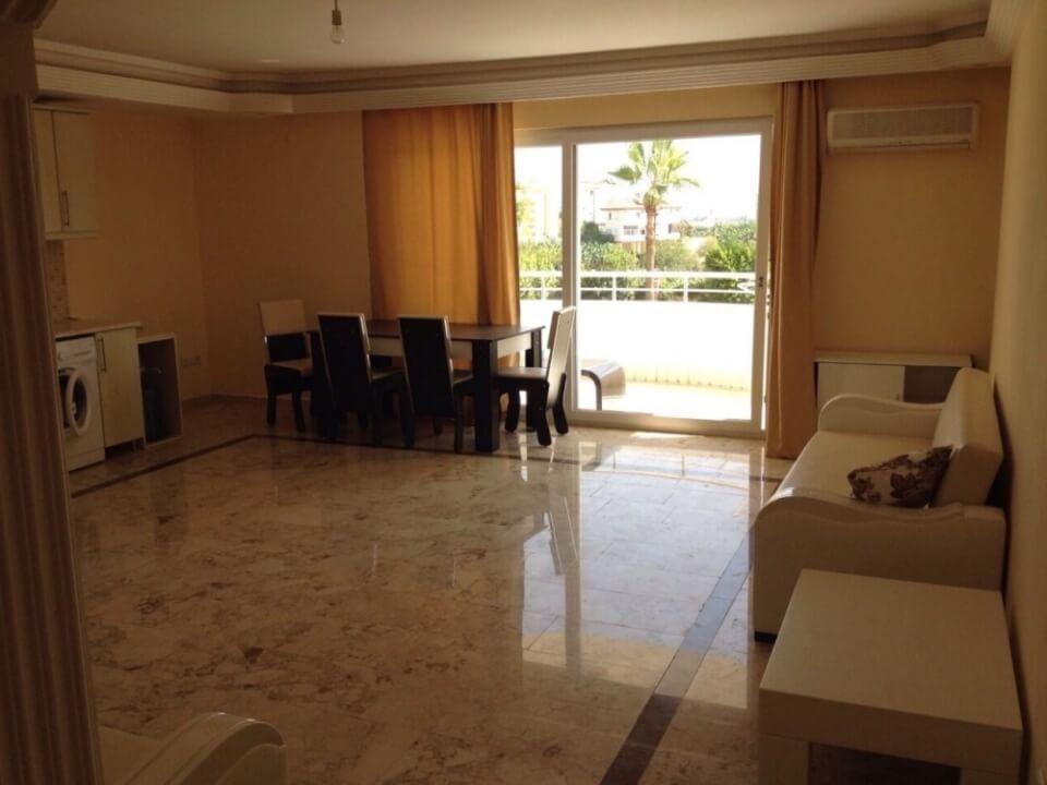 Зал и кухня 42 кв.м., теплые полы с подогревом, отделка - мрамор.