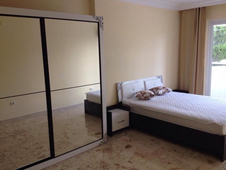 Спальня обставлена современной мебелью.