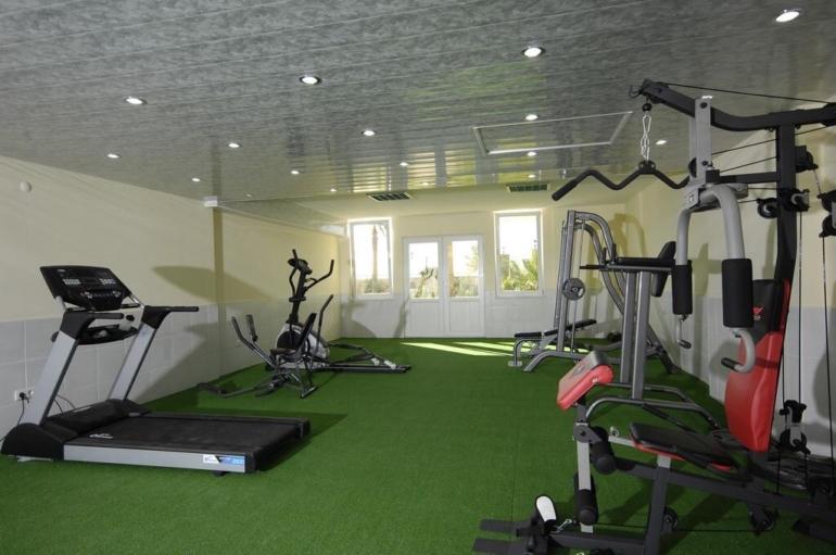 Фитнес зал. Также есть бильярдная, комната для игры в теннис и сауна. Доступно 24 часа для собственника жилья.