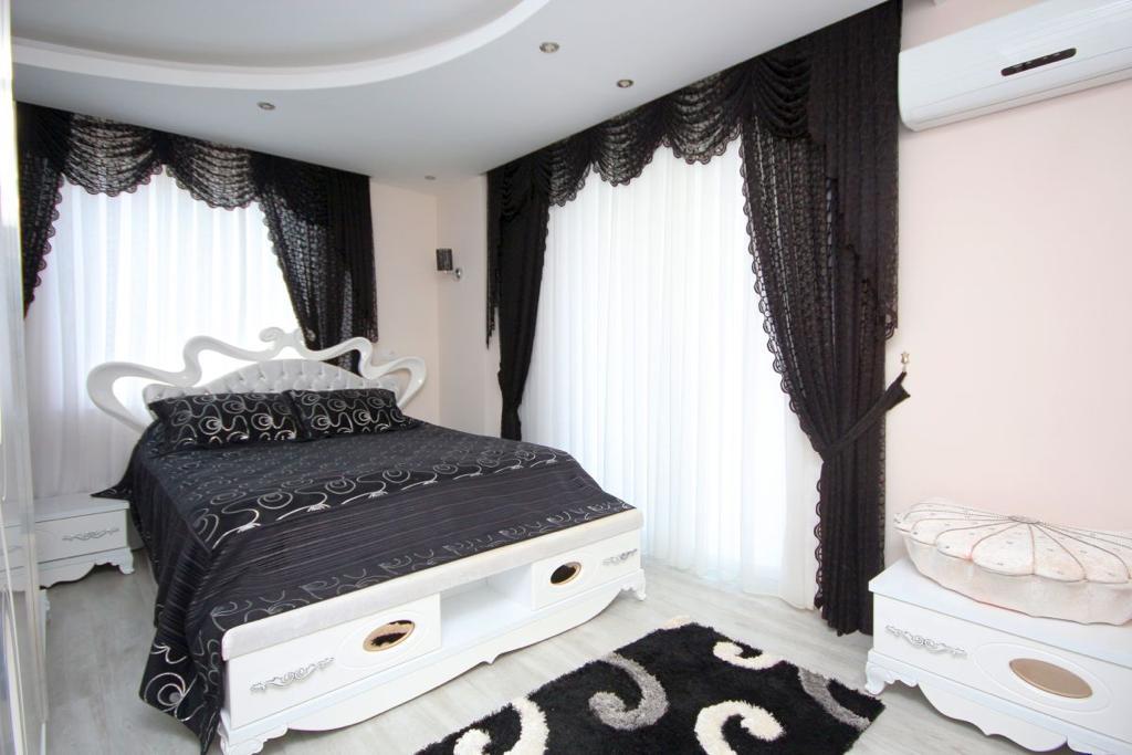 Полностью обустроенная трехкомнатная квартира на высоком этаже с частичным видом на море