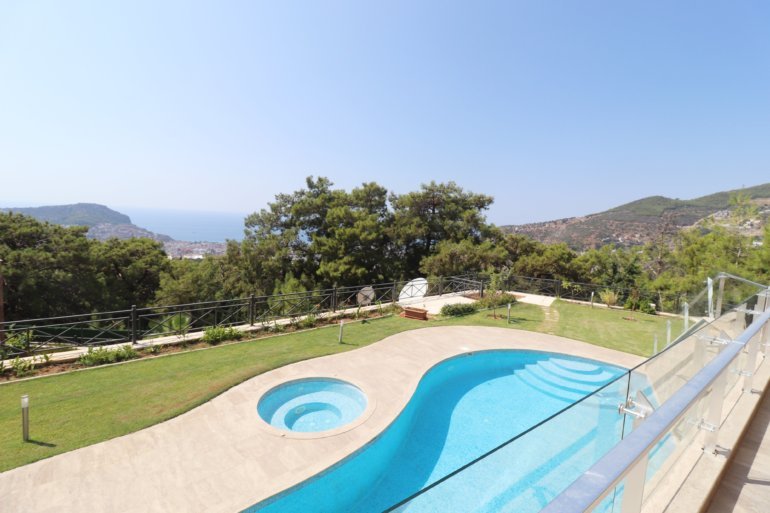 Просторная шикарная частная вилла с панорамным видом на море, горы и крепость Алании
