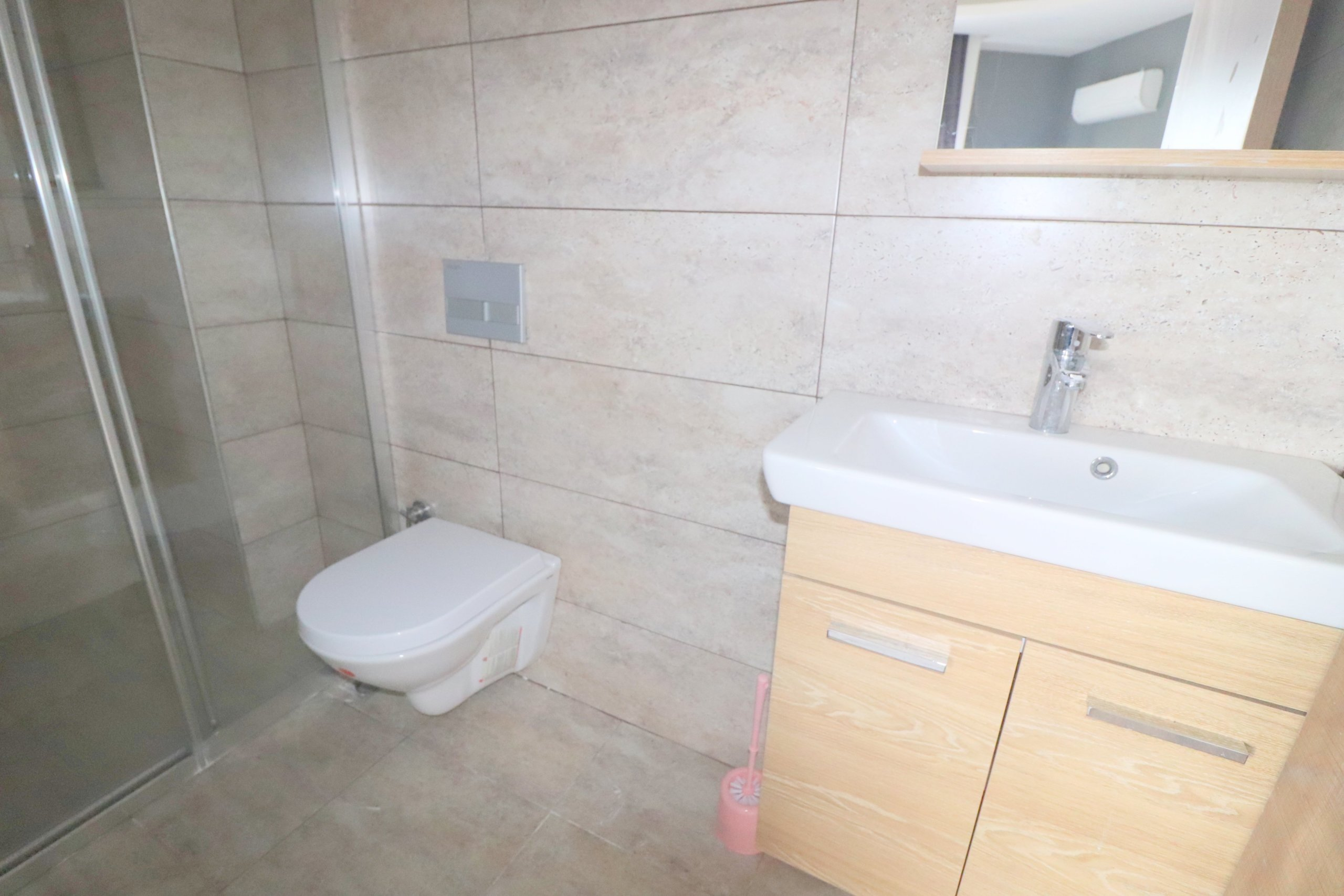 Обустроенная мебелью и бытовой техникой новая 1+1 квартира в  Махмутларе