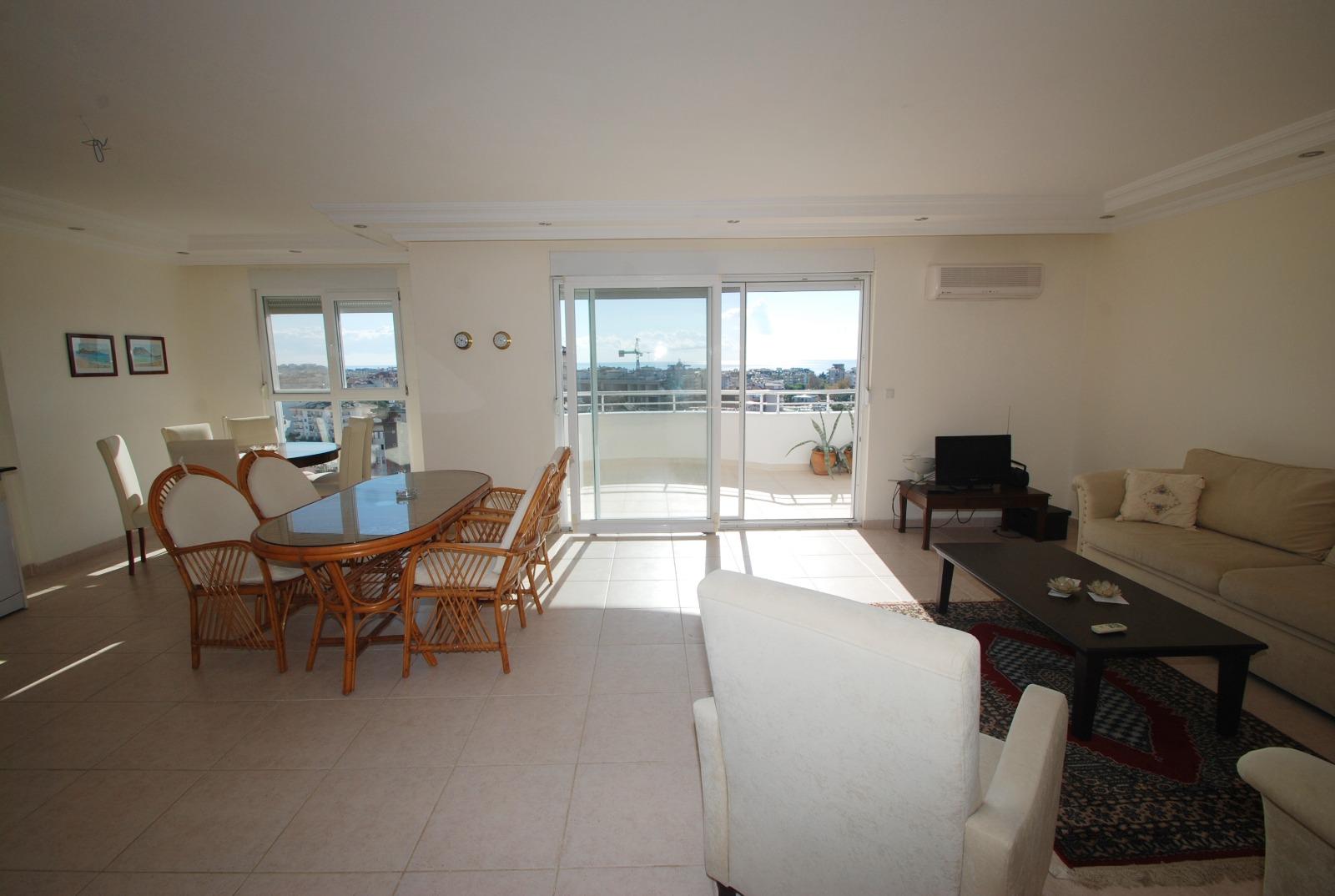 Купить просторную трехкомнатную меблированную квартиру с великолепным панорамным видом