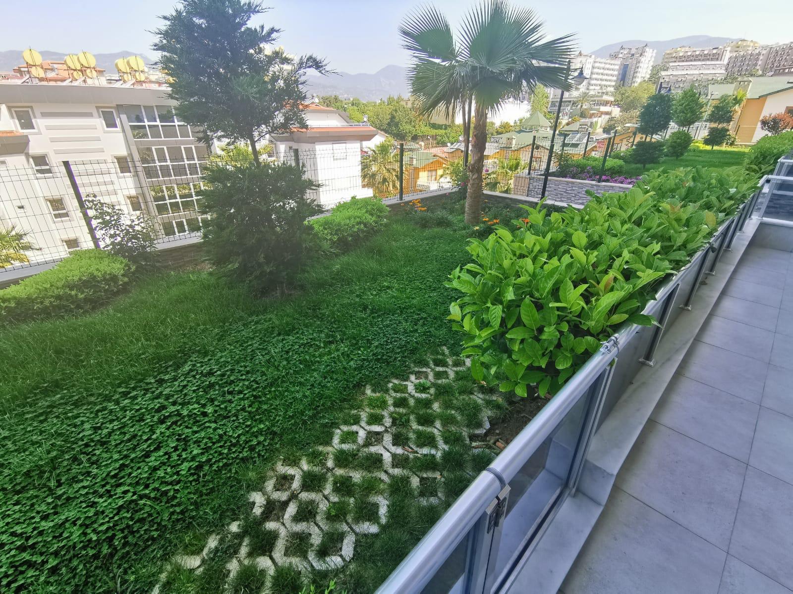 Трехкомнатный  просторный  пентхаус с выходом в сад в умиротворенном месте