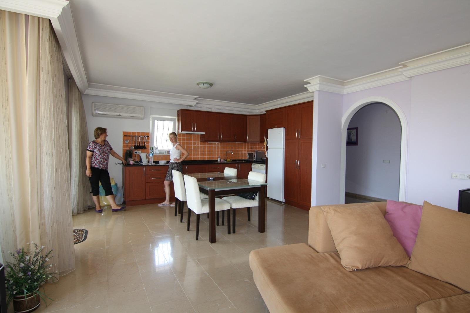 Трехкомнатная меблированная квартира  с видом на горы и море с красивым садом с пальмами